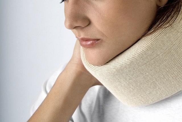 Накладывание компресса на шею позволяют проникать лечебным компонентам через кожу