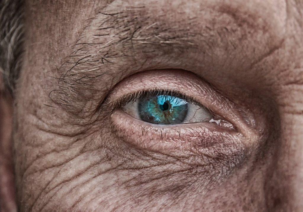 глаз пожилого человека